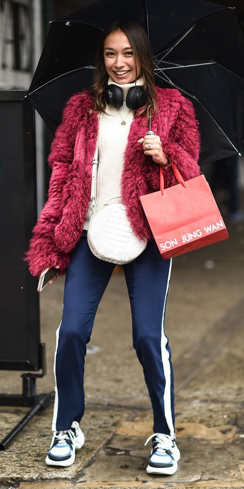 blue-navy-slim-pants-trackpants-white-sweater-turtleneck-red-jacket-coat-fur-hairr-white-bag-white-shoe-sneakers-dad-chunky-fall-winter-lunch.jpg