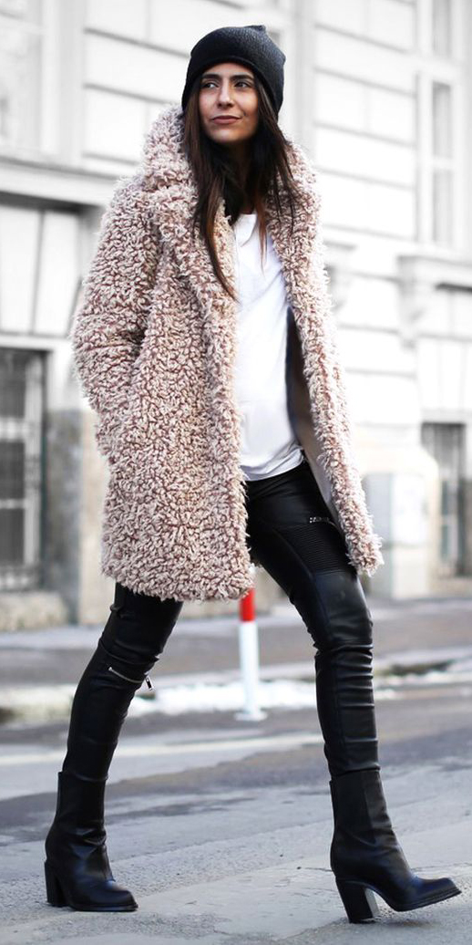 black-skinny-jeans-white-sweater-howtowear-fashion-style-outfit-fall-winter-black-pink-light-fur-fuzzy-coat-beanie-leather-street-brun-weekend.jpg