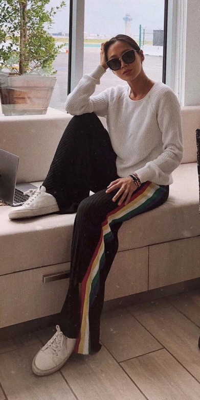 black-wideleg-pants-trackpants-white-sweater-brun-sun-bun-white-shoe-sneakers-fall-winter-weekend.jpg