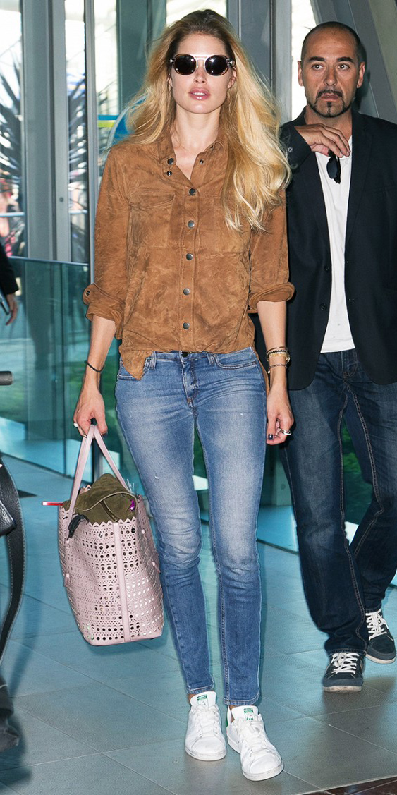 blue-med-skinny-jeans-camel-collared-shirt-howtowear-style-fashion-fall-winter-sun-pink-bag-tote-white-shoe-sneakers-suede-traveloutfit-blonde-weekend.jpg