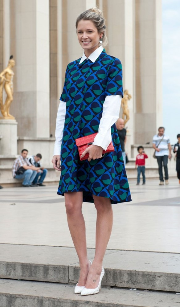 blue-med-dress-shift-print-white-collared-shirt-layer-blonde-red-bag-clutch-white-shoe-pumps-bun-fall-winter-thanksgiving-outfits-holidays-dinner.jpg