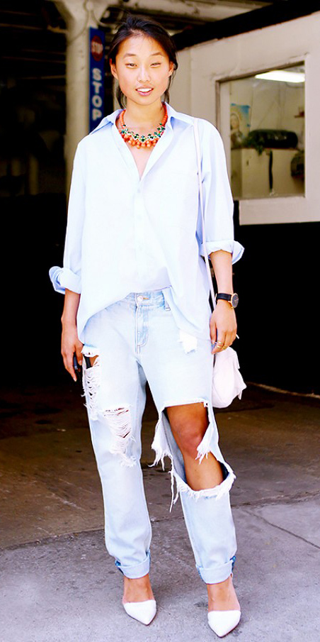 blue-light-boyfriend-jeans-white-collared-shirt-necklace-white-shoe-pumps-brun-wear-spring-summer-outfit-destroyed-lunch.jpg