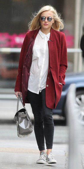 black-skinny-jeans-white-collared-shirt-fearncotton-wear-outfit-fashion-fall-winter-red-jacket-coat-gray-bag-sun-gray-shoe-sneakers-blonde-work.jpg