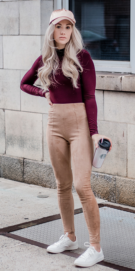 o-tan-leggings-r-burgundy-tee-turtleneck-hat-cap-white-shoe-sneakers-suede-howtowear-fashion-style-outfit-blonde-lunch.jpg