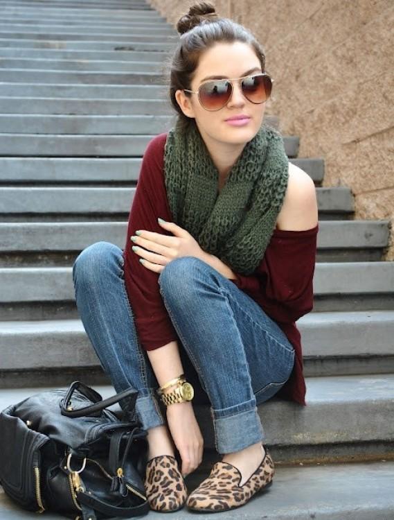 blue-med-skinny-jeans-r-burgundy-tee-green-olive-scarf-sun-bun-tan-shoe-loafers-leopard-watch-black-bag-howtowear-fashion-style-outfit-brun-fall-winter-weekend.jpg