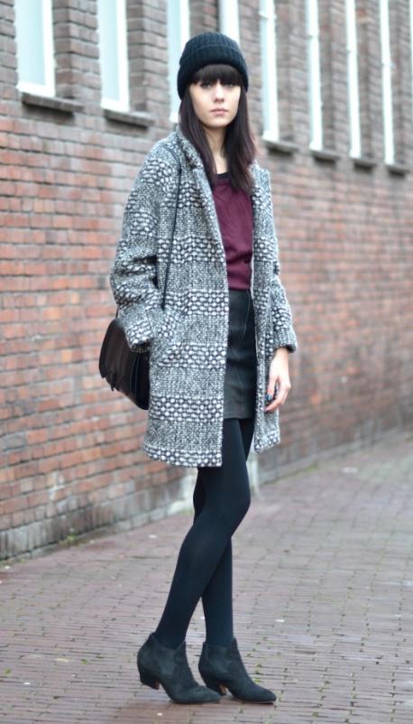 black-mini-skirt-r-burgundy-tee-grayl-jacket-coat-black-bag-howtowear-fashion-style-outfit-fall-winter-beanie-black-tights-black-shoe-booties-brun-weekend.jpg