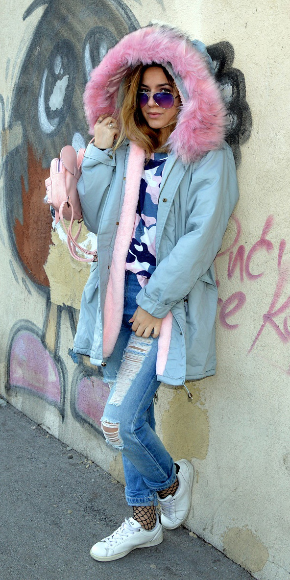 blue-light-skinny-jeans-fishnet-socks-white-shoe-sneakers-pink-bag-pack-sun-blonde-camo-print-blue-med-tee-blue-light-jacket-coat-parka-fall-winter-outfit-weekend.JPG