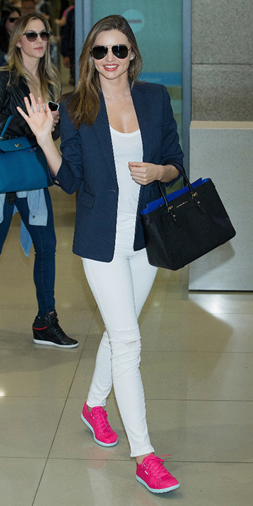 white-skinny-jeans-white-tee-blue-navy-jacket-blazer-black-bag-sun-pink-shoe-sneakers-mirandakerr-airport-howtowear-fashion-style-outfit-hairr-spring-summer-classic-lunch.jpg