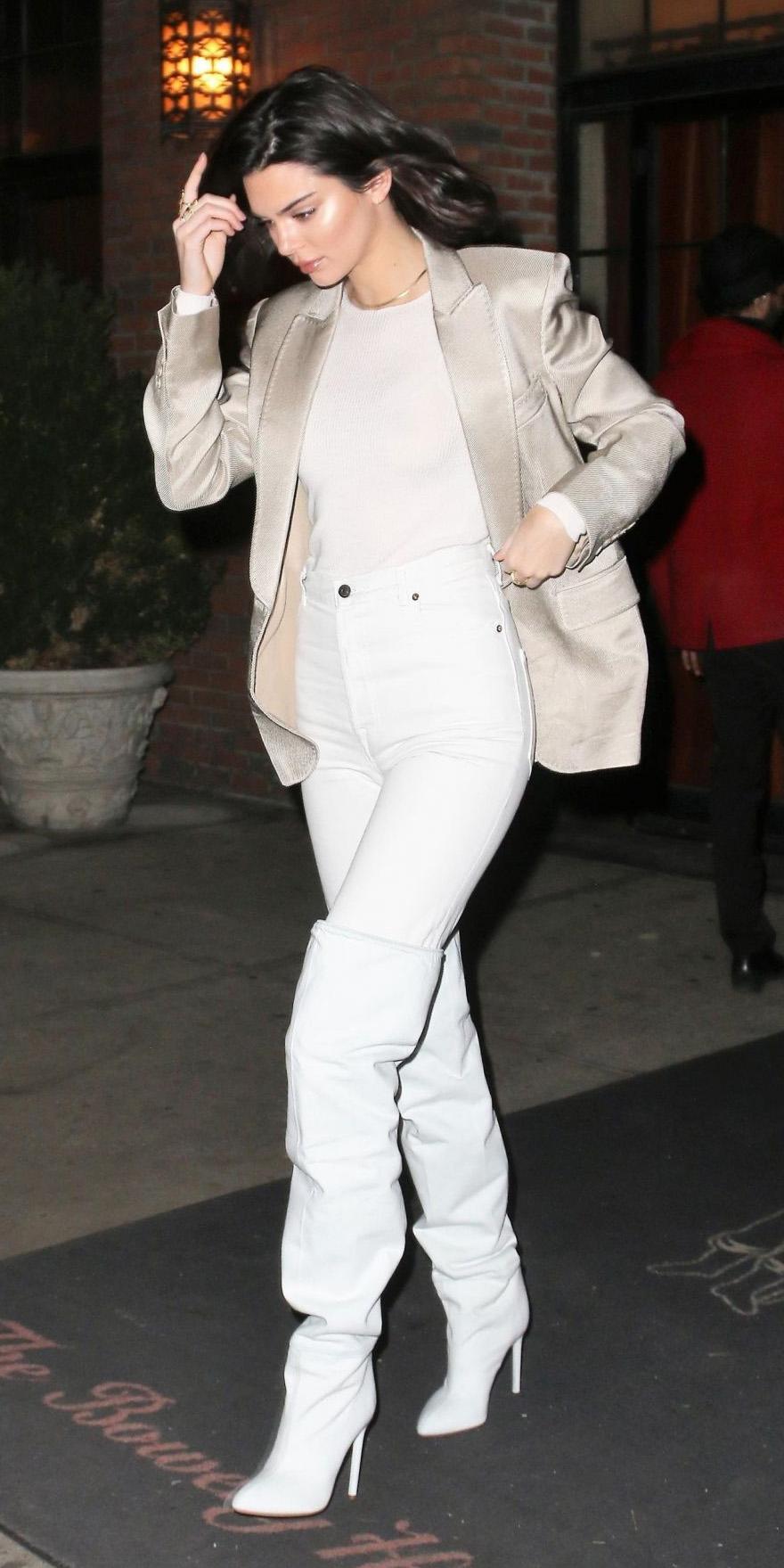 white-skinny-jeans-white-shoe-boots-otk-slouchy-white-tee-white-jacket-blazer-mono-brun-kendalljenner-fall-winter-dinner.jpg