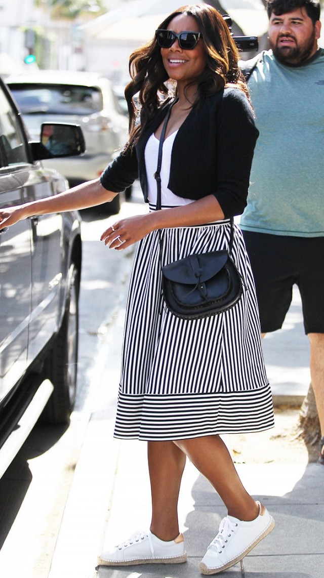 white-midi-skirt-white-tee-black-bag-sun-gabrielleunions-wear-outfit-spring-summer-white-shoe-sneakers-black-cardgian-brun-weekend.jpg