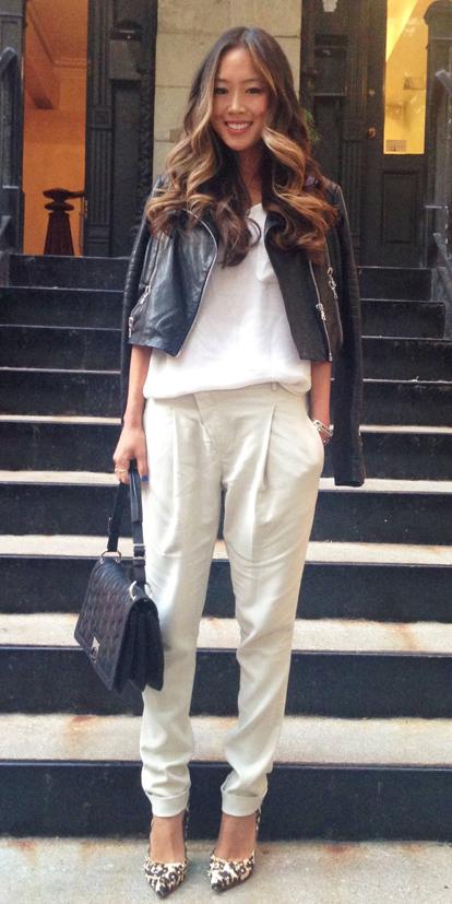 white-tee-white-shoe-pumps-black-bag-black-jacket-moto-white-joggers-pants-brun-fall-winter-lunch.jpg