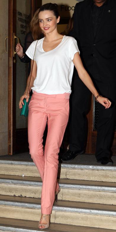 r-pink-light-slim-pants-white-tee-green-bag-tan-shoe-sandalh-pony-basic-spring-summer-mirandakerr-hairr-classic-lunch.jpg