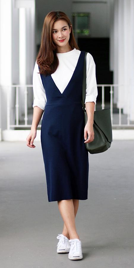 blue-navy-dress-jumper-white-tee-layer-brun-green-bag-white-shoe-sneakers-fall-winter-weekend.jpg