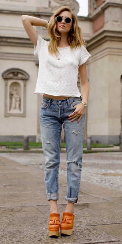blue-light-boyfriend-jeans-white-tee-cognac-shoe-booties-necklace-blonde-sun-howtowear-fashion-style-outfit-spring-summer-italy-weekend.jpg
