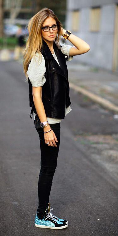 black-skinny-jeans-blue-shoe-sneakers-blonde-white-tee-black-vest-moto-spring-summer-weekend.jpg