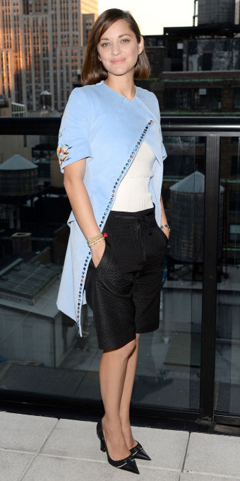 black-shorts-white-tee-howtowear-fashion-style-outfit-spring-summer-black-shoe-pumps-blue-light-jacket-coat-bermuda-brun-work.jpg