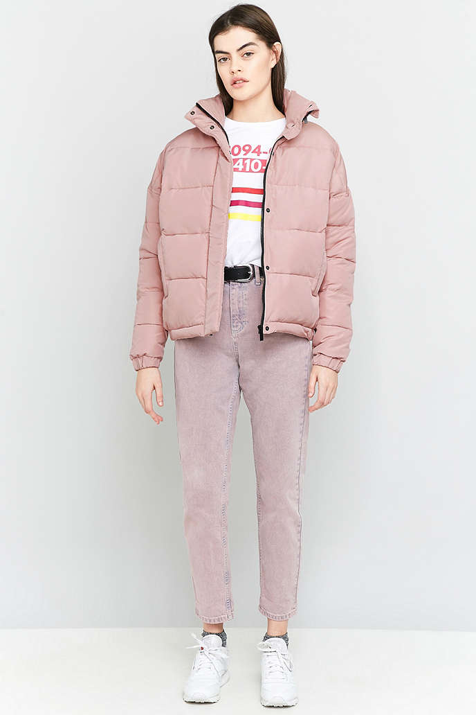 pink-light-boyfriend-jeans-belt-white-graphic-tee-socks-white-shoe-sneakers-pink-light-jacket-coat-puffer-fall-winter-hairr-weekend.jpg