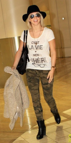 green-olive-skinny-jeans-camo-print-white-graphic-tee-hat-sun-black-shoe-booties-black-bag-juliannehough-fall-winter-blonde-weekend.jpg