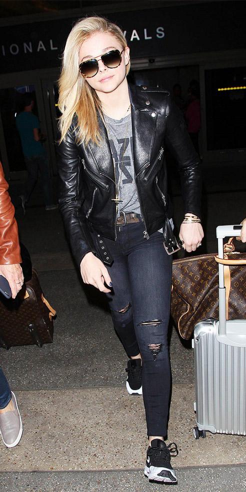 black-skinny-jeans-grayl-graphic-tee-fashion-style-fall-winter-black-jacket-moto-black-shoe-sneakers-celebrity-sun-belt-airport-travel-blonde-weekend.jpg
