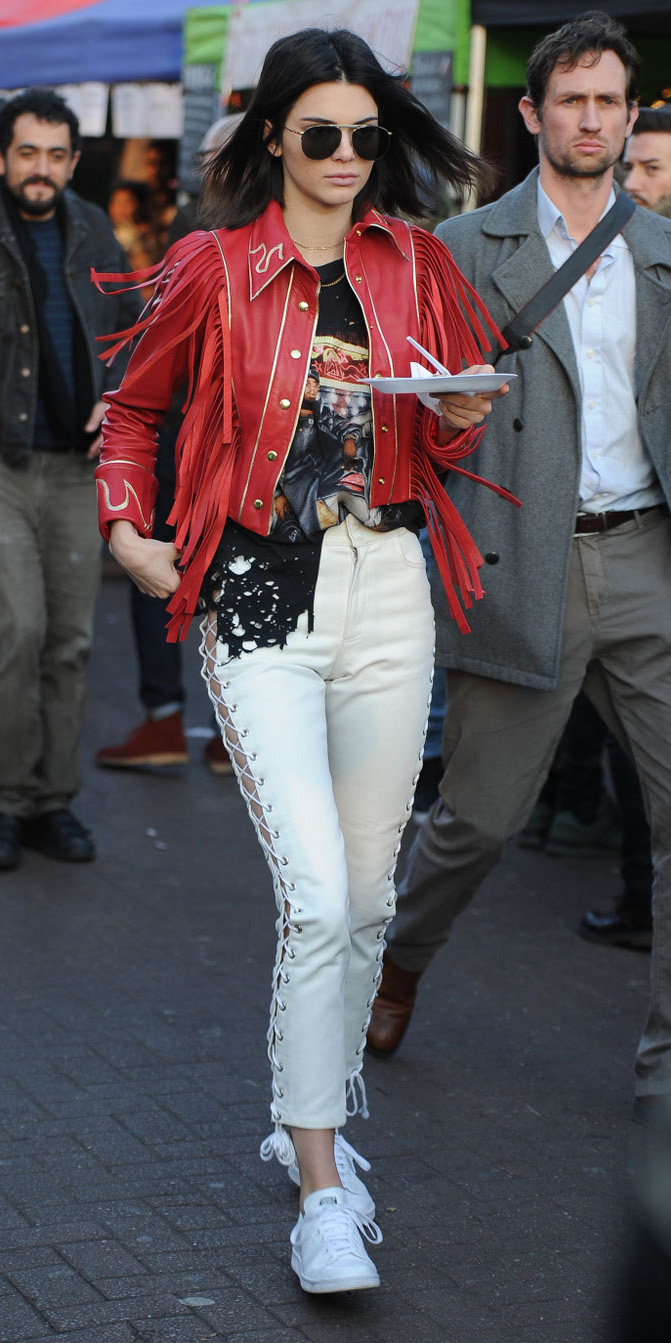 white-skinny-jeans-red-jacket-moto-brun-sun-white-shoe-sneakers-black-graphic-tee-sun-kendalljenner-fall-winter-weekend.jpg