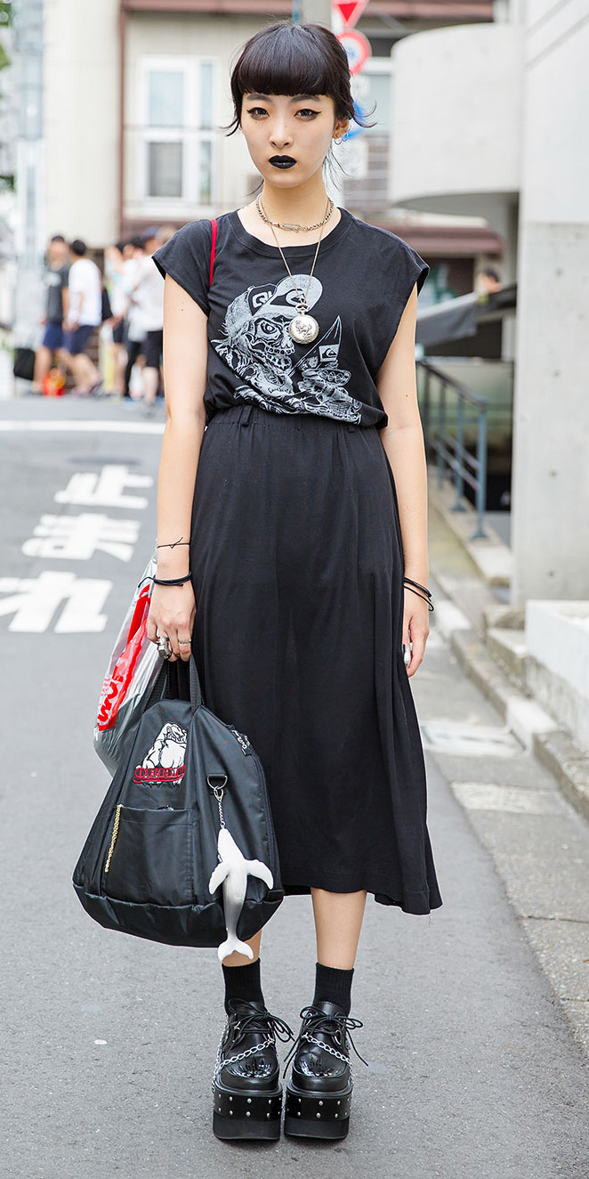 black-midi-skirt-black-graphic-tee-black-shoe-brogues-platform-socks-wear-outfit-fall-winter-japan-fashion-brun-weekend.jpg