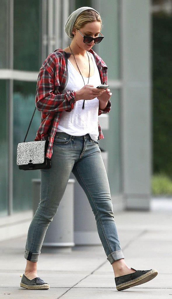 blue-light-skinny-jeans-white-tee-red-plaid-shirt-black-shoe-flats-black-bag-beanie-sun-necklace-jenniferlawrence-style-fall-winter-blonde-weekend.jpg