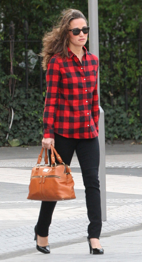 black-skinny-jeans-red-plaid-shirt-howtowear-fashion-style-outfit-fall-winter-black-shoe-pumps-pipamiddleton-cognac-bag-hand-sun-street-hairr-lunch.jpg