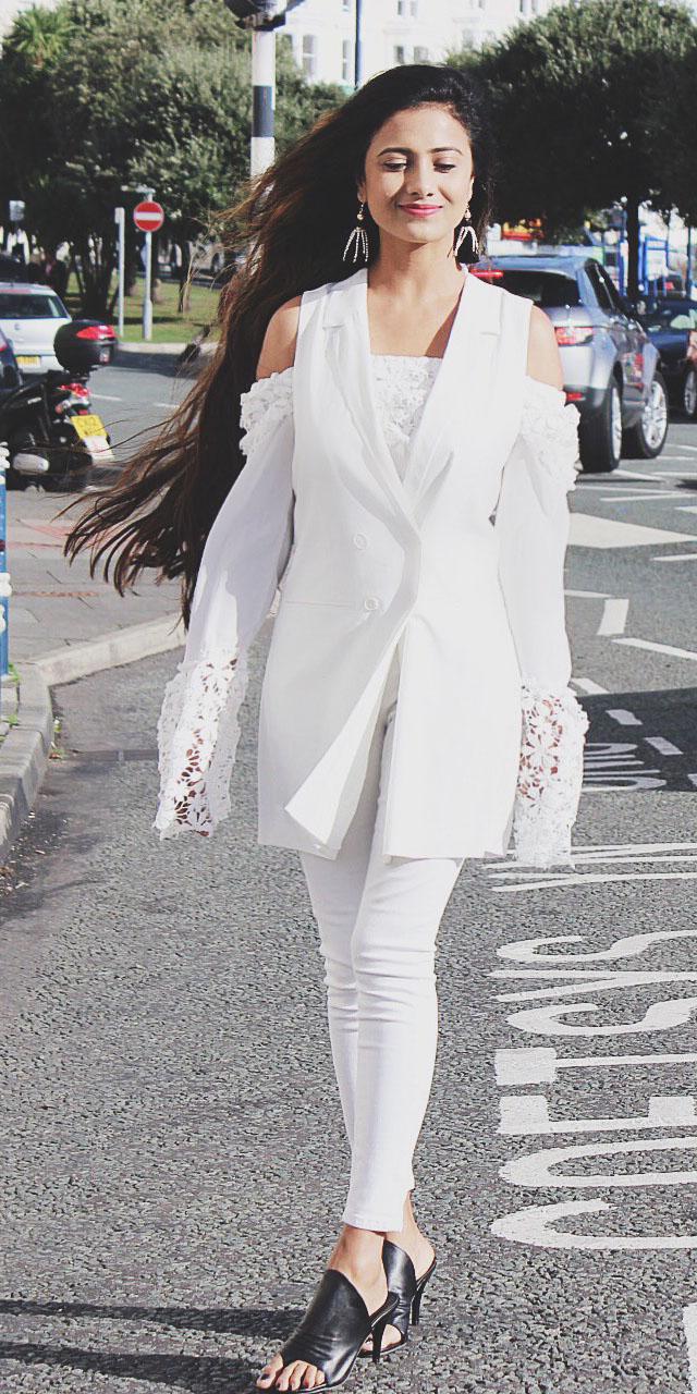 white-skinny-jeans-white-vest-tailor-mono-layer-black-shoe-sandalh-earrings-lace-white-top-offshoulder-spring-summer-brun-dinner.JPG