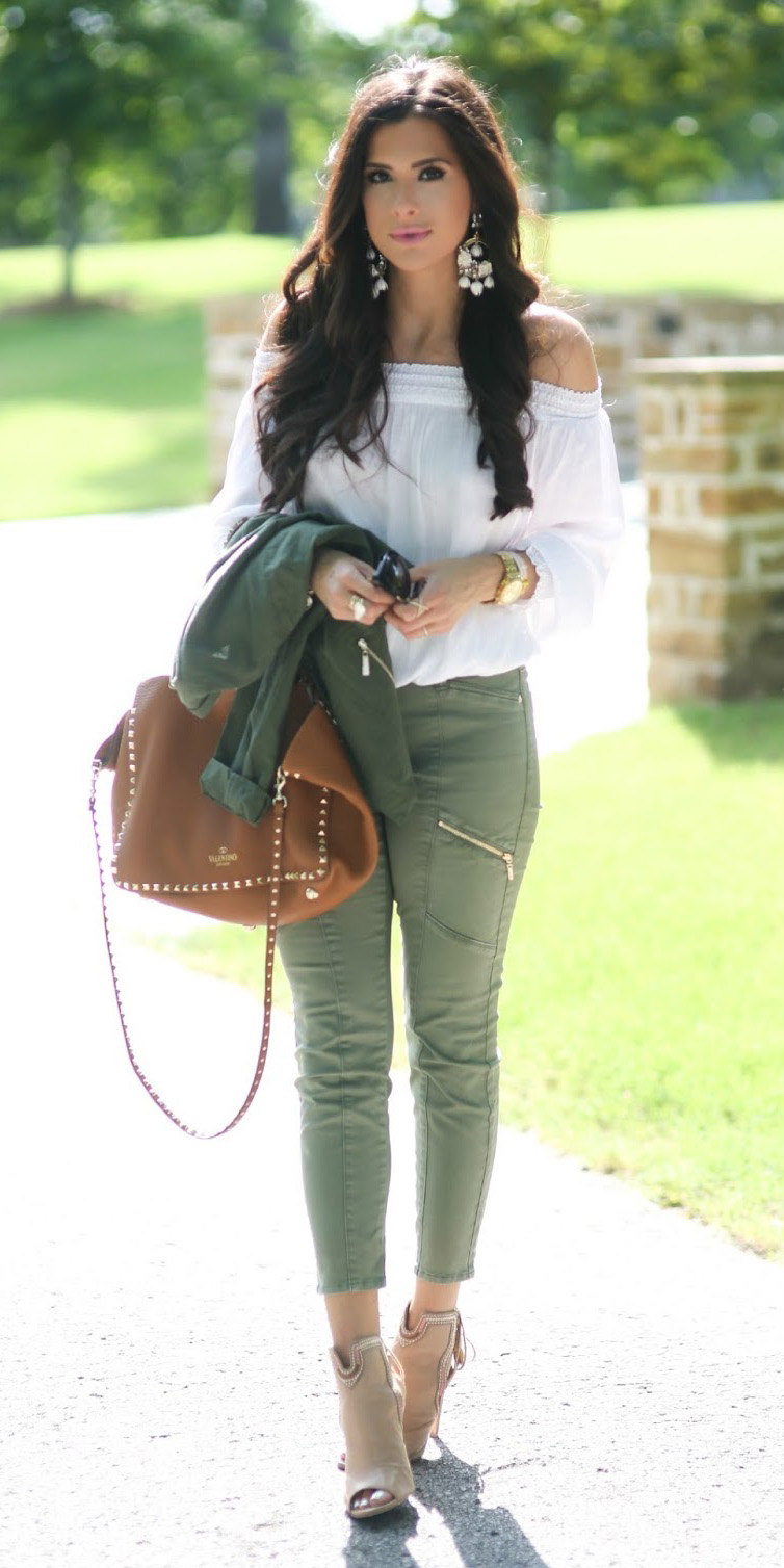 green-olive-skinny-jeans-white-top-offshoulder-cognac-bag-tan-shoe-sandalh-earrings-howtowear-fashion-style-outfit-spring-summer-brun-lunch.jpg