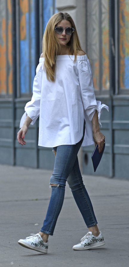 blue-med-skinny-jeans-white-top-blouse-white-shoe-sneakers-sun-howtowear-style-fashion-spring-summer-offshoulder-oliviapalermo-hairr-weekend.jpg