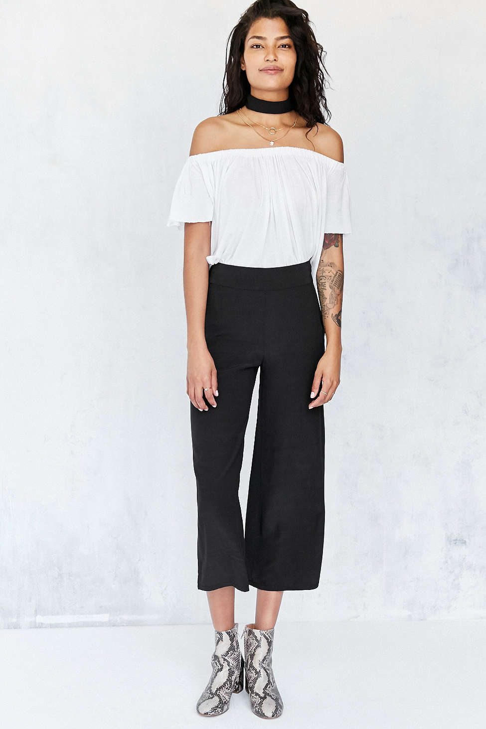 black-culottes-pants-white-top-offshoulder-white-shoe-booties-brun-spring-summer-style-fashion-wear-snakeskin-choker-lunch.jpg