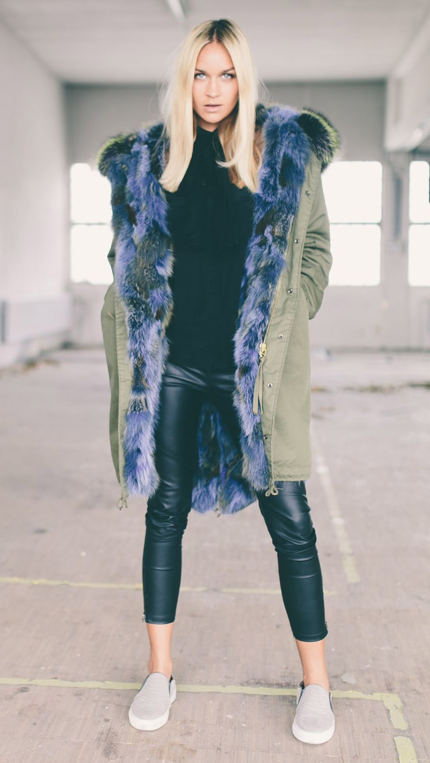 black-leggings-white-shoe-sneakers-blonde-colored-fur-trim-blonde-green-olive-jacket-coat-parka-fall-winter-outfit-lunch.jpg