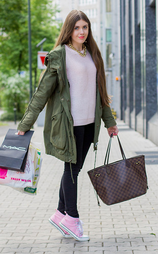 black-skinny-jeans-pink-light-sweater-chain-necklace-hairr-brown-bag-tote-pink-shoe-sneakers-green-olive-jacket-coat-parka-fall-winter-outfit-weekend.jpg