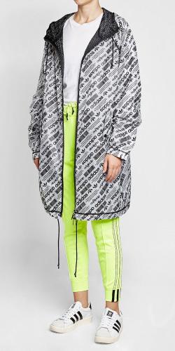 green-light-joggers-pants-white-shoe-sneakers-white-tee-white-jacket-coat-parka-fall-winter-weekend.jpg