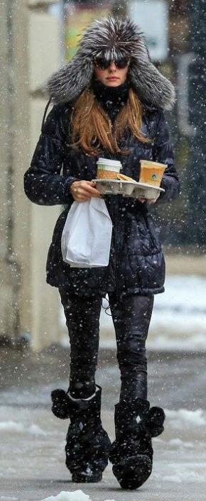 black-leggings-black-sweater-howtowear-fashion-style-outfit-fall-winter-black-jacket-coat-parka-turtleneck-oliviapalermo-ski-outfit-snow-hairr-black-shoe-boots-weekend.jpg