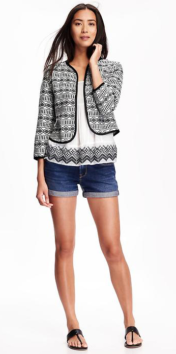 blue-navy-shorts-white-top-white-jacket-lady-print-howtowear-fashion-style-outfit-spring-summer-black-shoe-sandals-denim-brun-weekend.jpg