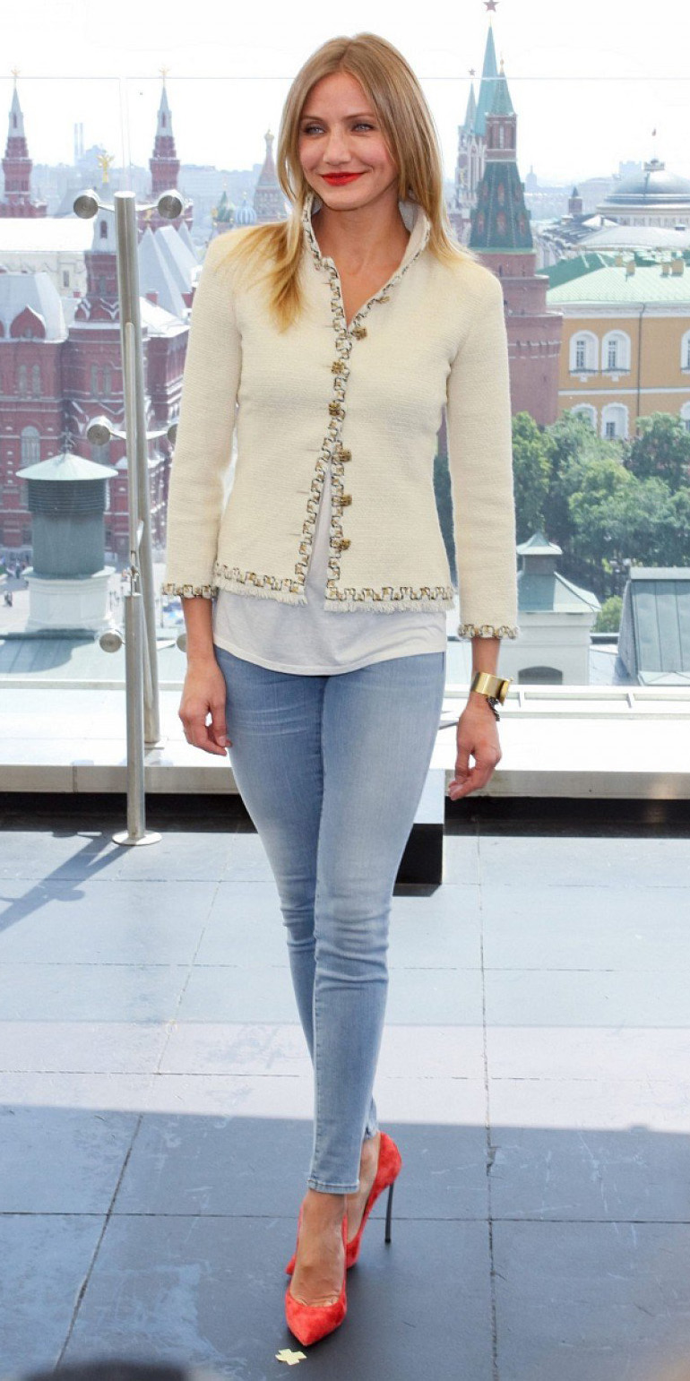 blue-light-skinny-jeans-white-tee-white-jacket-lady-howtowear-style-fashion-spring-summer-red-shoe-pumps-camerondiaz-celebrity-blonde-dinner.jpg
