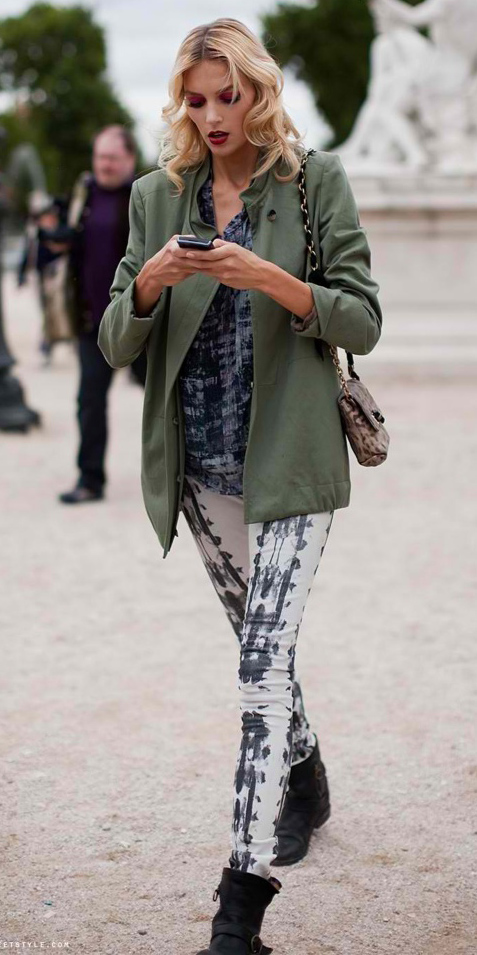 white-leggings-zprint-blue-med-top-green-olive-jacket-utility-brown-bag-tiedye-wear-outfit-fashion-fall-winter-black-shoe-booties-blonde-lunch.jpg