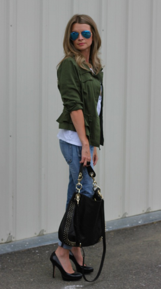 blue-light-skinny-jeans-white-tee-green-olive-jacket-utility-black-bag-hobo-black-shoe-pumps-sun-howtowear-fashion-style-outfit-blonde-spring-summer-lunch.jpg