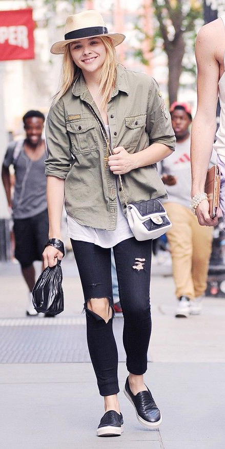 black-skinny-jeans-white-tee-green-olive-jacket-utility-white-bag-howtowear-style-fashion-spring-summer-black-shoe-sneakers-destroyed-hat-panama-blonde-weekend.jpg