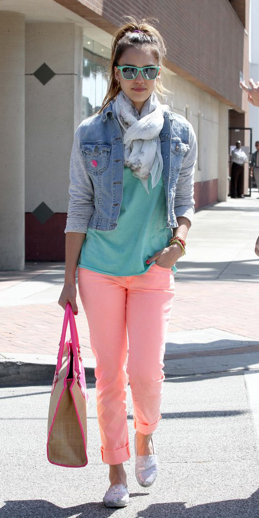 o-peach-chino-pants-green-light-tee-blue-light-jacket-jean-white-scarf-pony-sun-tan-bag-gray-shoe-flats-spring-summer-style-fashion-wear-jessicaalba-neon-brun-weekend.jpg