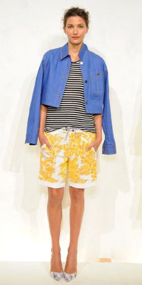 yellow-shorts-black-tee-stripe-blue-med-jacket-jean-print-mix-white-shoe-pumps-bun-howtowear-fashion-style-outfit-spring-summer-bermuda-hairr-lunch.jpg