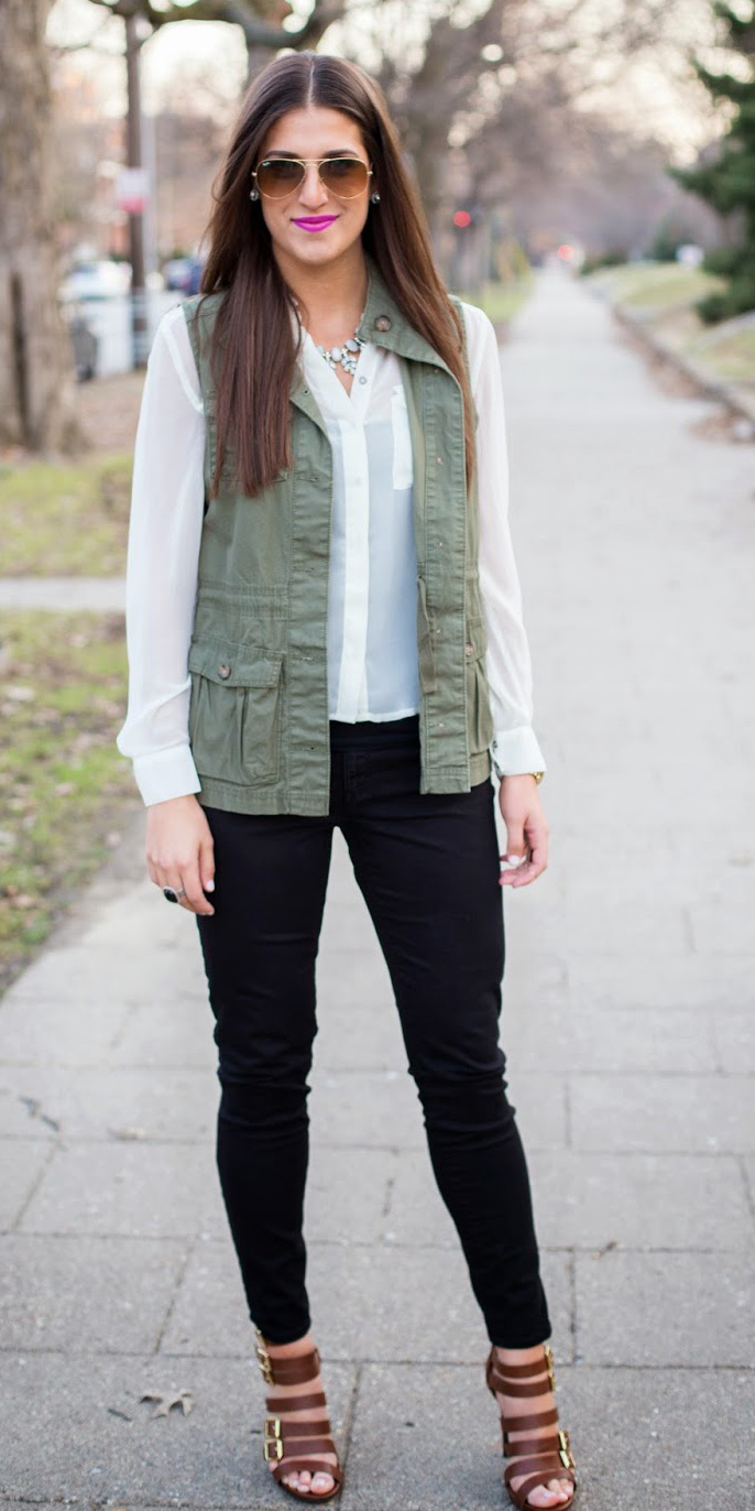 black-skinny-jeans-brown-shoe-sandalh-white-top-blouse-green-olive-vest-utility-bib-necklace-brun-sun-fall-winter-lunch.jpg