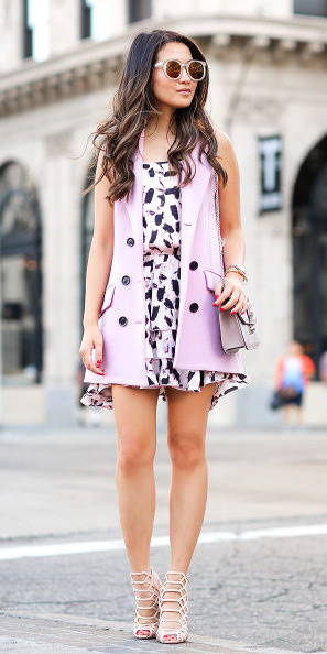 white-dress-print-mini-pink-light-vest-tailor-sun-gray-bag-white-shoe-sandalh-brun-sun-spring-summer-dinner.jpg