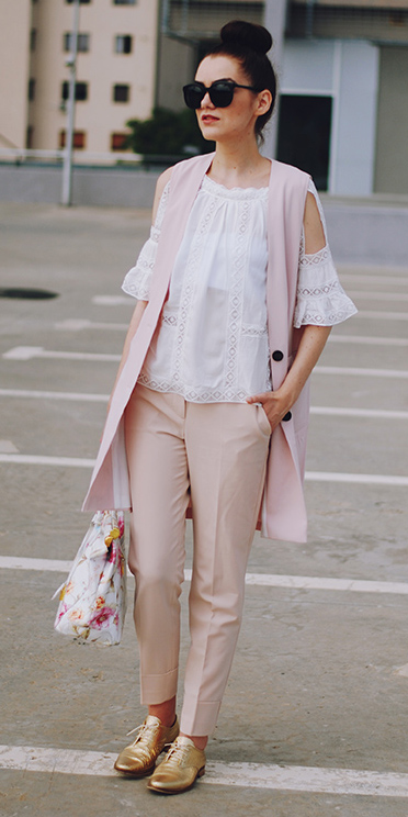 r-pink-light-slim-pants-white-top-blouse-peasant-pink-light-vest-tailor-white-bag-sun-bun-tan-shoe-brogues-metallic-howtowear-fashion-spring-summer-style-outfit-brun-lunch.jpg