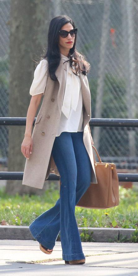 blue-navy-flare-jeans-white-top-blouse-tan-vest-tailor-cognac-bag-tote-sun-spring-summer-brun-work.jpg
