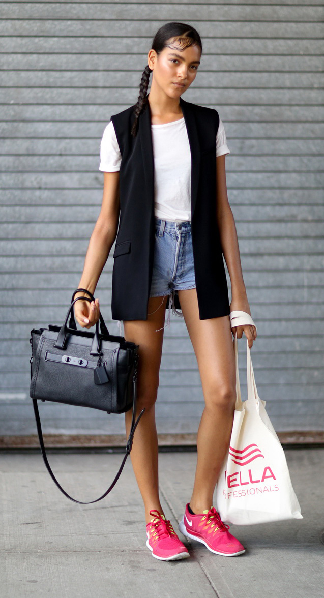 blue-light-shorts-white-tee-howtowear-fashion-style-outfit-spring-summer-pink-shoe-sneakers-braid-black-bag-black-vest-tailor-denim-brun-weekend.jpg