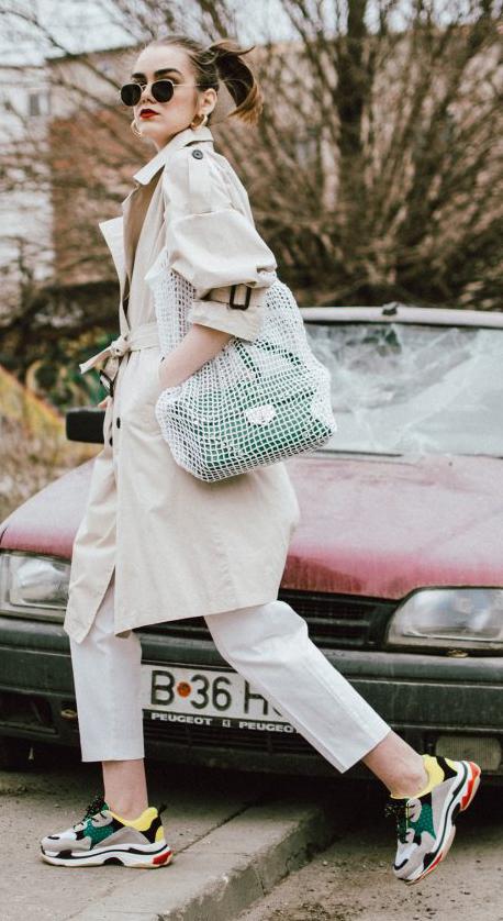 white-slim-pants-tan-jacket-coat-trench-green-bag-net-tan-shoe-sneakers-hoops-hairr-pony-sun-spring-summer-weekend.jpg