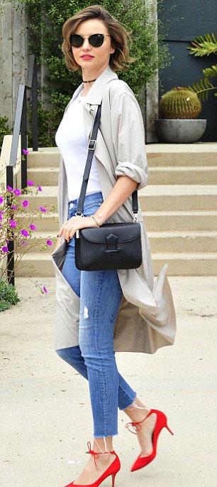 blue-med-skinny-jeans-white-tee-tan-jacket-coat-trench-black-bag-sun-choker-howtowear-style-fashion-spring-summer-khaki-red-shoe-pumps-mirandakerr-celebrity-hairr-classic-lunch.jpg
