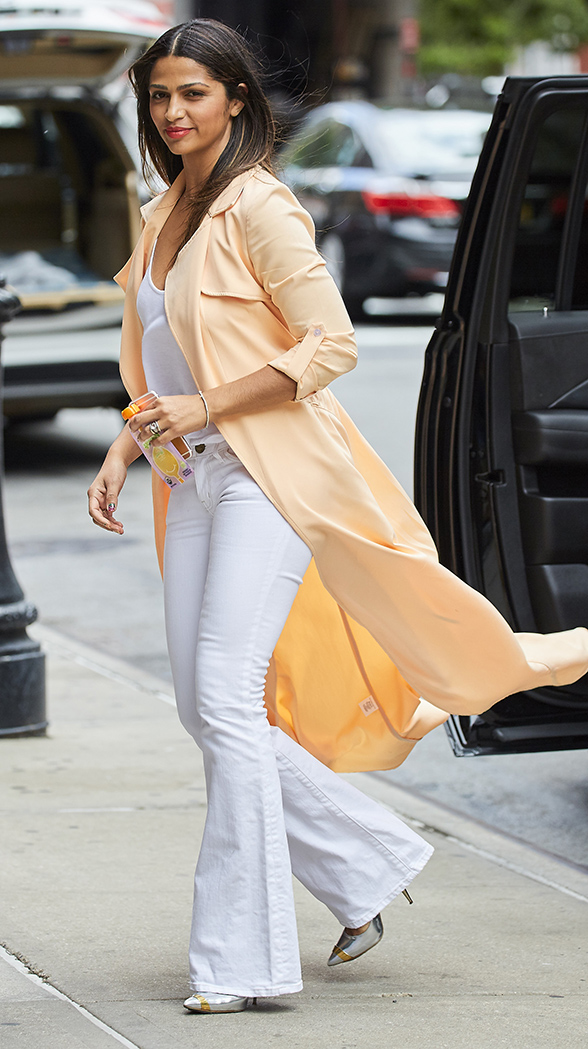 white-flare-jeans-white-tee-peach-jacket-coat-trench-white-shoe-pumps-howtowear-fashion-style-outfit-spring-summer-brun-lunch.jpg